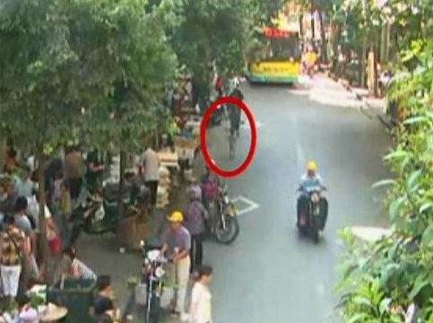 路边菜场占道经营多 南平一岁男童突冲出惨遭货车碾压